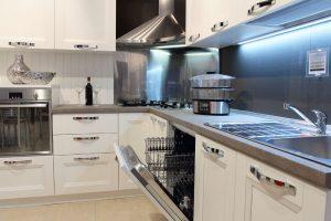 kuchnia-bialo-srebrna